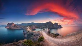 与山、海和美丽的天空的全景风景总之 免版税库存照片