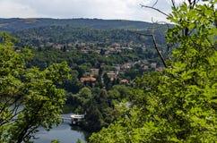 与山、湖、沼地、森林和保加利亚村庄Pancharevo,索非亚住宅区的场面  库存图片
