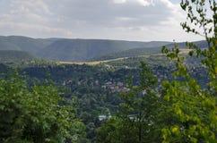 与山、湖、沼地、森林和保加利亚村庄Pancharevo,索非亚住宅区的场面  免版税库存照片