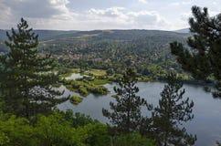 与山、湖、沼地、森林和保加利亚村庄Pancharevo,索非亚住宅区的场面  库存照片