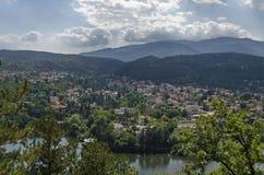 与山、湖、沼地、森林和保加利亚村庄Pancharevo,索非亚住宅区的场面  图库摄影