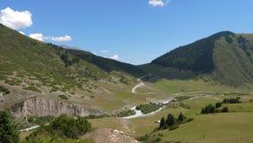 与山、路和蓝天,扎锁木视图的绿色山谷 股票录像