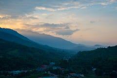 与山一起的村庄,越南 免版税库存图片