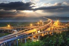 与山剪影在黎明,台湾,亚洲的剧烈的云彩 库存图片