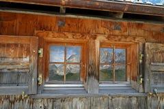 与山反射的窗口 免版税库存照片