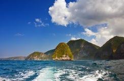 与山和一朵云彩的海运横向在天空 免版税库存图片