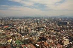 与山和云彩的墨西哥城DF鸟瞰图 库存图片