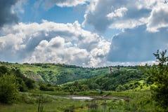 与山和云彩的美好的风景 库存照片