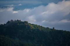 与山和云彩的风景 免版税库存照片