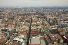 与山和云彩DF的墨西哥城鸟瞰图 库存照片