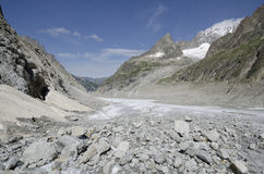 与山和冰川的高山风景 库存图片