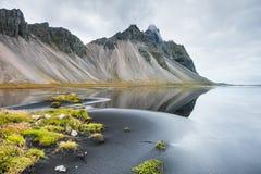 与山和反射的美好的风景 库存照片