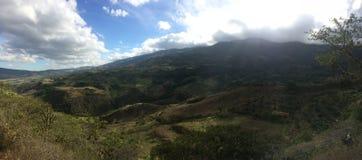 与山和壮观的天空的田园诗风景 免版税库存图片
