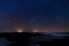 与山和天空的夜风景与星 库存照片