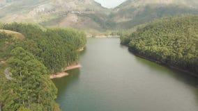 与山和小山的鸟瞰图美好的自然由湖Mattupetty 喀拉拉州 ?Munar??  影视素材