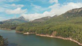 与山和小山的鸟瞰图美好的自然由湖Mattupetty E ?Munar??  影视素材