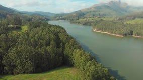 与山和小山的鸟瞰图美好的自然由湖Mattupetty E ?Munar??  股票视频