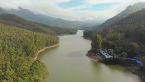 与山和小山的鸟瞰图美好的自然由湖Mattupetty E ?Munar??  股票录像