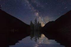 与山和星的惊人的风景 反射  免版税库存照片