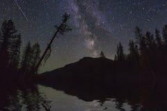 与山和星的惊人的风景 反射  库存图片
