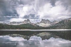 与山和森林的风景视图 免版税库存图片