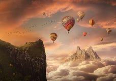 与山和气球的幻想天空 免版税库存照片