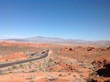 与山和汽车的赤土陶器风景 西方通配 免版税图库摄影