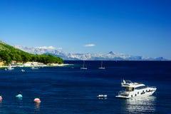 与山和游艇,海岛Brac,克罗地亚的美好的夏天亚得里亚海海岸线视图 免版税库存图片