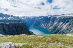 与山和湖的夏天挪威风景 免版税库存照片