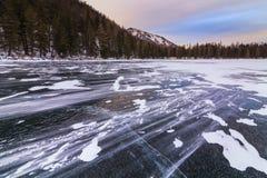 与山和湖的美丽如画的冬天风景 免版税图库摄影