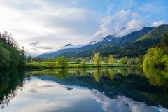 与山和湖的风景 免版税库存图片