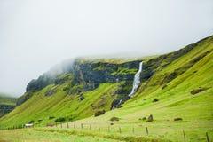 与山和瀑布的美好的风景 库存图片