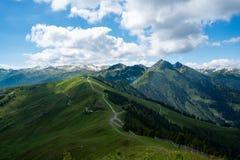 与山和草土地的风景 免版税库存照片