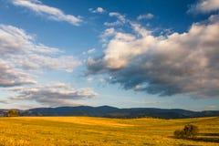 与山和蓝天的晴朗的风景与云彩 图库摄影
