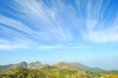 与山和蓝天的风景 免版税库存照片