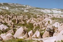 与山和谷的卡帕多细亚风景 库存图片