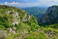 与山和谷的风景从Scarita-Belioara 免版税库存照片