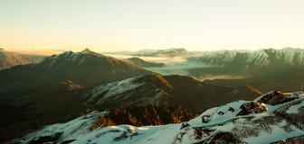 与山和雪的神秘的风景 免版税库存图片