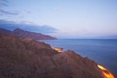 与山和风平浪静的美好的风景 免版税图库摄影