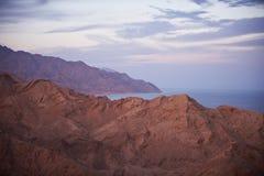 与山和风平浪静的美好的风景 库存图片