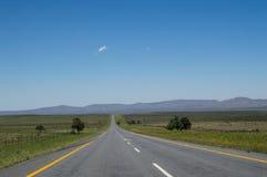与山和高速公路,自由州的大草原风景,南 免版税库存图片