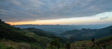 与山和cloudscape峰顶的日出场面在Phu池氏fa,泰国 库存图片