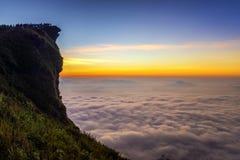 与山和cloudscape峰顶的日出场面在Phu ch 库存图片