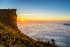 与山和cloudscape峰顶的日出场面在Phu ch 库存照片