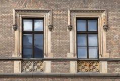 与山墙饰的古典巴洛克式的窗口在布拉格,捷克 免版税图库摄影