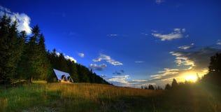 与山小屋的夏天风景 免版税库存照片