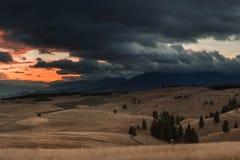 与山日落的秋天视图 免版税库存图片