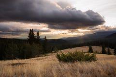 与山日落的秋天视图 免版税库存照片