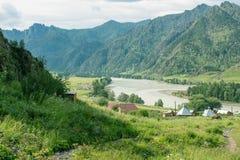 与山树和河的风景 免版税库存图片