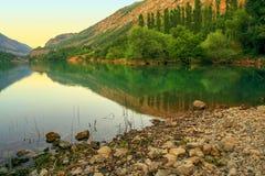 与山树的风景 免版税库存照片